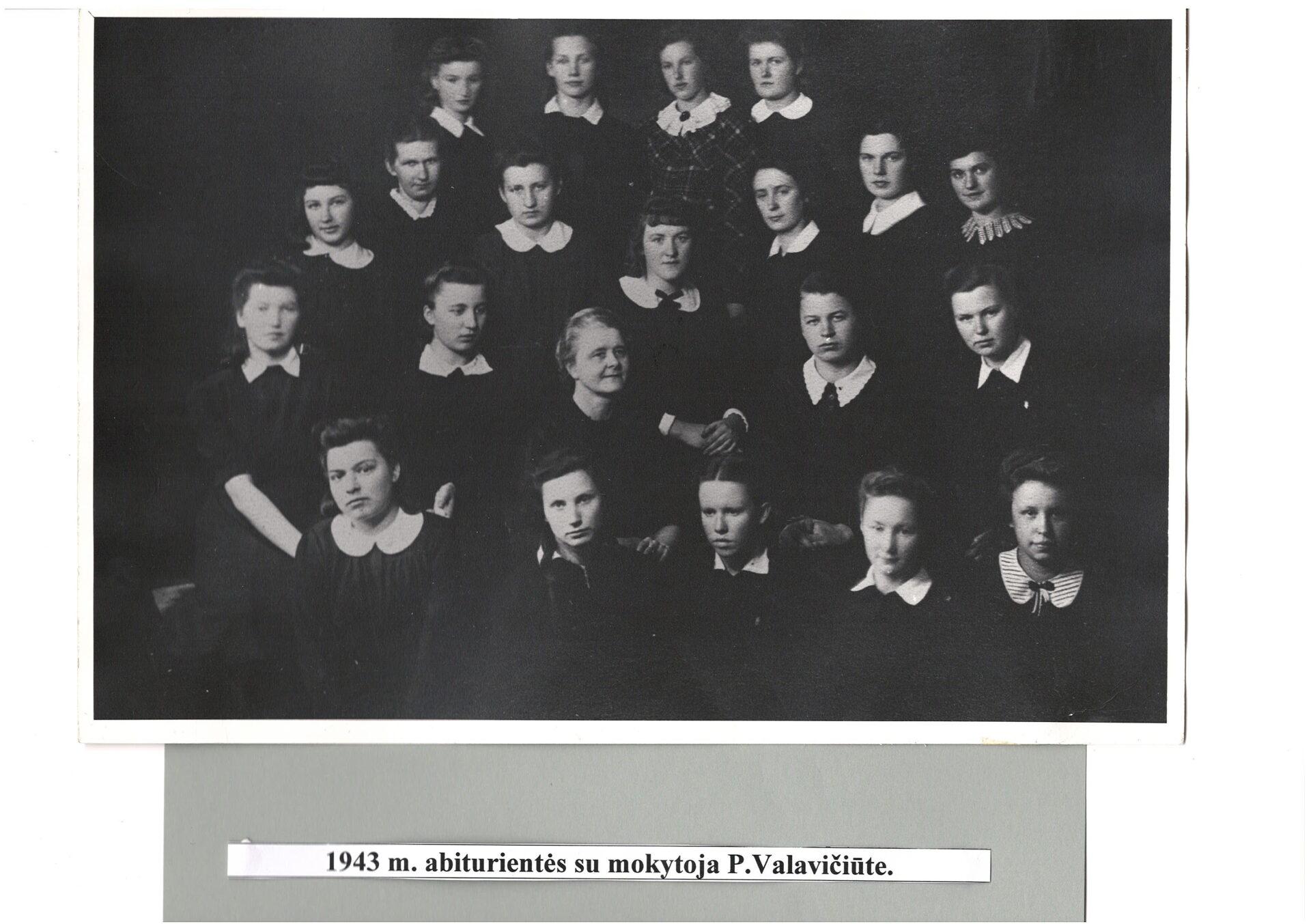 1943 m. abiturientės su mokytoja P.Valavičiūte